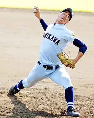 【鶴岡東―学法石川】4回途中からリリーフし、無失点の力投を見せた学法石川の尾形=天童市スポーツセンター球場